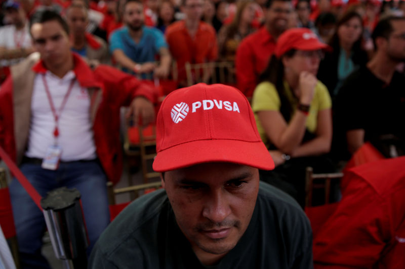 © Reuters. FILE PHOTO: A man wears a cap with the logo of PDVSA as he attends the swear-in ceremony of the new board of directors of Venezuelan state oil company PDVSA in Caracas