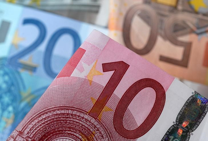 © Reuters. FILE PHOTO:A picture illustration of Euro banknotes
