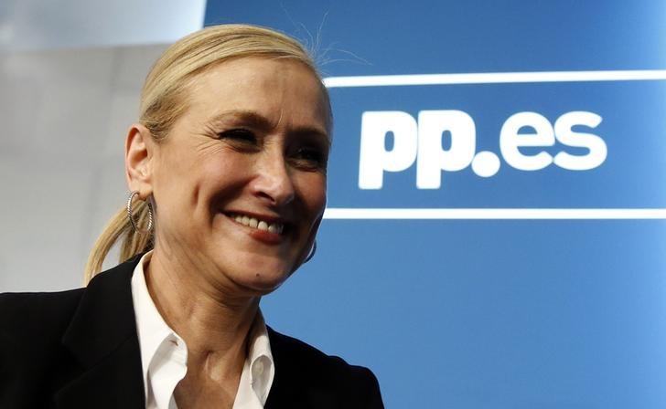 © Reuters. La presidenta madrileña renuncia a su polémico título de máster