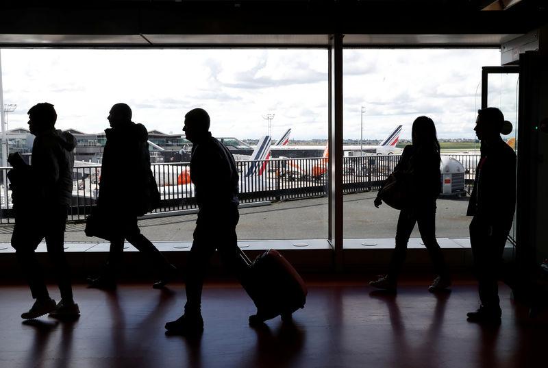 © Reuters. Las aerolíneas deben compensar los retrasos durante las huelgas salvajes, según el TJUE