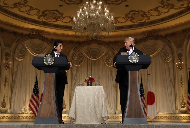 © Reuters. U.S. President Trump hosts a joint press conference with Japan's Prime Minister Abe in Palm Beach