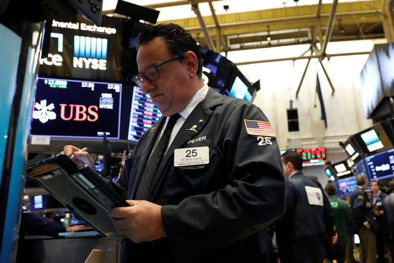© Reuters. Трейдер на Нью-Йоркской фондовой бирже