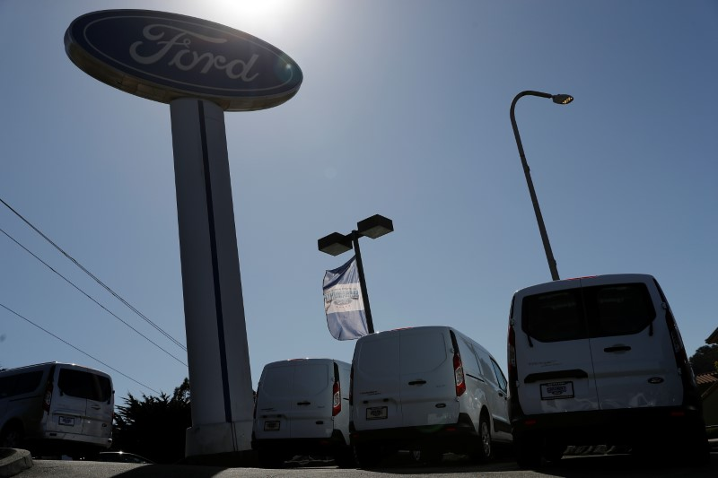 © Reuters. Vehicles for sale are seen at Serramonte Ford in Colma, California
