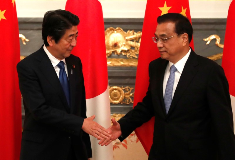 © Reuters. Chinese Premier Li Keqiang shakes hands with Japan's Prime Minister Shinzo Abe at the start of their bilateral talks in Tokyo
