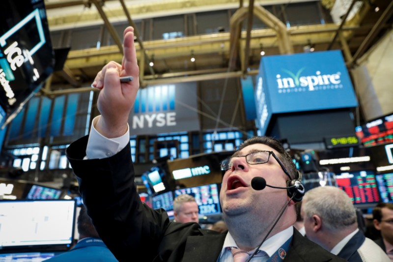 © Reuters. Trader Michael Capolino shouts out a bid on the floor of the NYSE in New York