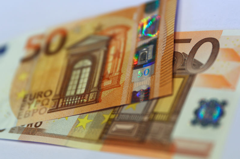 © Reuters. FILE PHOTO: The German Bundesbank presents the new 50 euro banknote at it's headquarters in Frankfurt