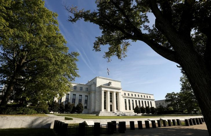 © Reuters. FILE PHOTO: The Federal Reserve building in Washington