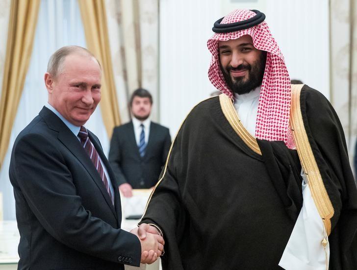 © Reuters. Президент РФ Владимир Путин и принц Саудовской Аравии Мухаммед Сальман Аль Сауд на встрече в Кремле