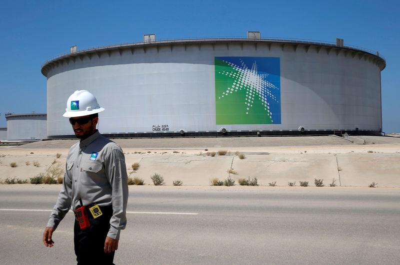 © Reuters. Сотрудник Saudi Aramco около нефтяного танкера на нефтеперерабатывающем заводе Рас-Танура
