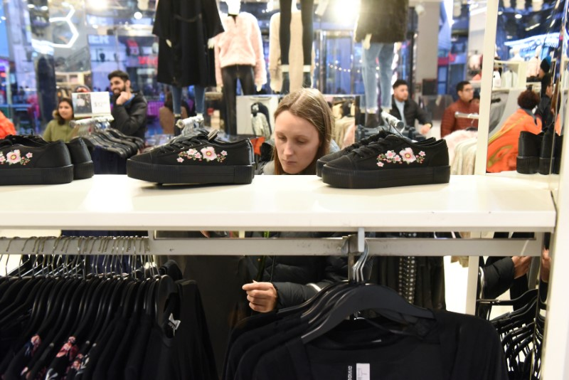 © Reuters. FILE PHOTO: A woman shops at an H&M store in New York City