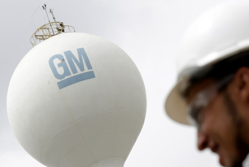 © Reuters. FILE PHOTO -  The GM logo is seen at the General Motors headquarters in Sao Caetano do Sul
