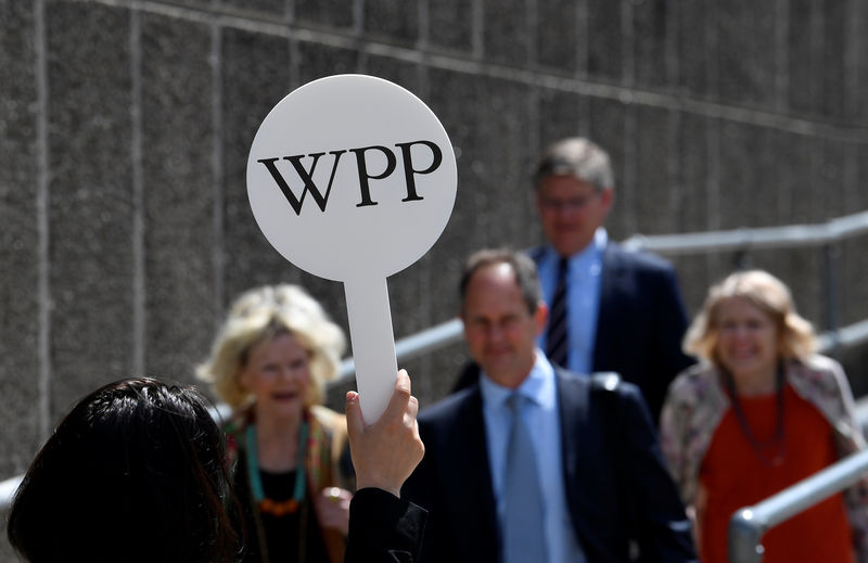 © Reuters. An usher holds a baton to guide attendees towards the AGM of advertising agency WPP in London, Britain