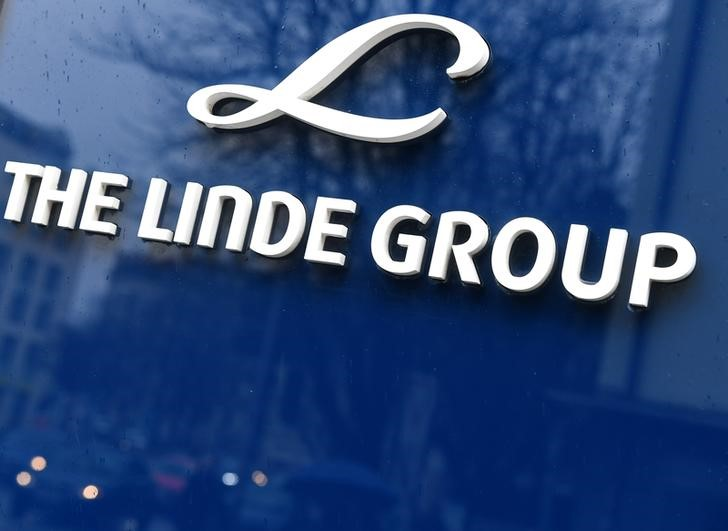 © Reuters. Linde Group logo is seen at company building before the annual news conference in Munich