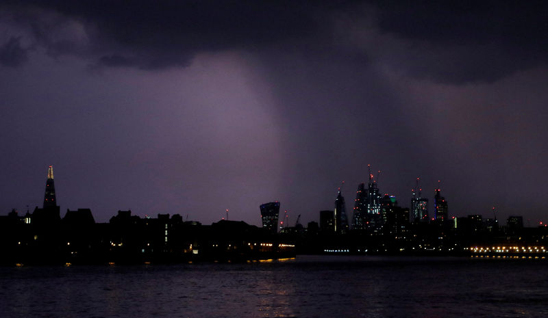 © Reuters. FILE PHOTO: General view of rain over the city of London