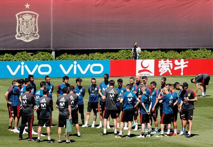 © Reuters. El lío en el banquillo español añade emoción al derbi ibérico del Mundial