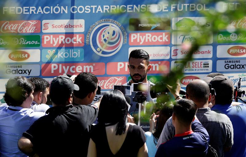 © Reuters. Giancarlo González concede entrevista em treino da Costa Rica