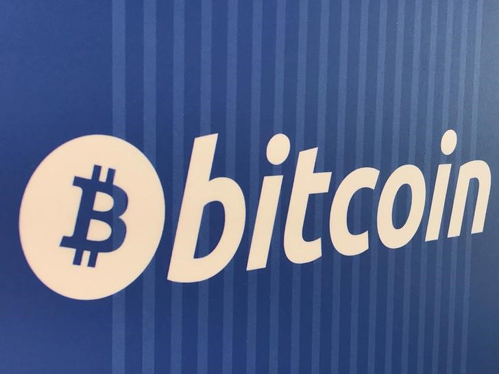 © Reuters. FILE PHOTO: A Bitcoin logo is seen on a cryptocurrency ATM in Santa Monica