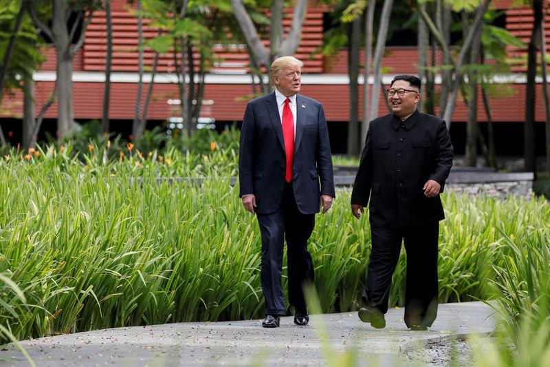 © Reuters. Trump e Kim caminham durante encontro em Cingapura