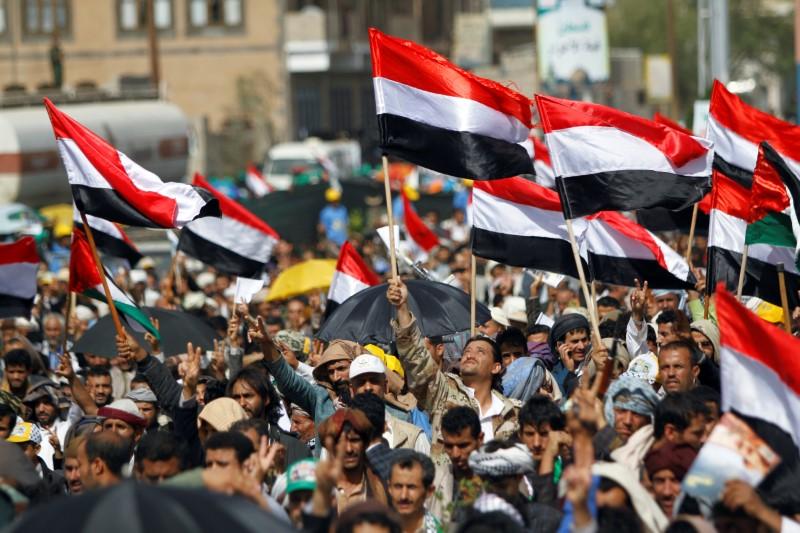 © Reuters. Apoiadores do movimento Houthi fazem passeata em Sanaa, no Iêmen