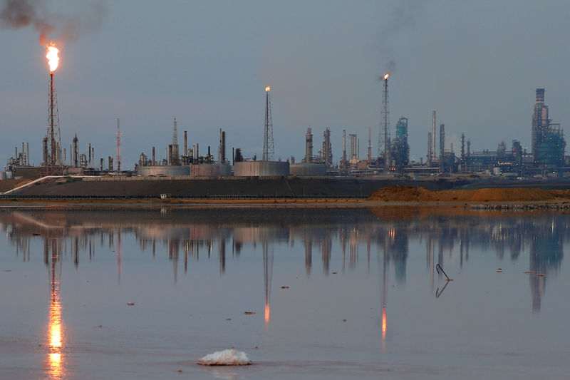 © Reuters. FILE PHOTO: A general view of the Amuay refinery complex which belongs to the Venezuelan state oil company PDVSA in Punto Fijo
