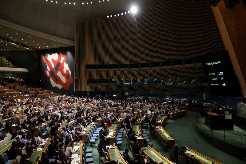 © Reuters. The United Nations General Assembly votes to adopt a draft resolution to deplore the use of excessive force by Israeli troops against Palestinian civilians at U.N. headquarters in New York