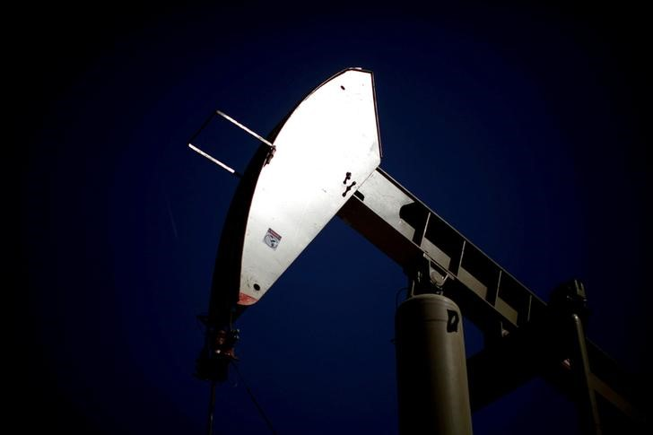 © Reuters. FILE PHOTO: A pumpjack brings oil to the surface in the Monterey Shale