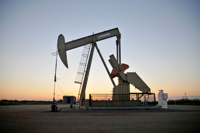 © Reuters. FILE PHOTO: A pump jack operates at a well site leased by Devon Energy Production Company near Guthrie,
