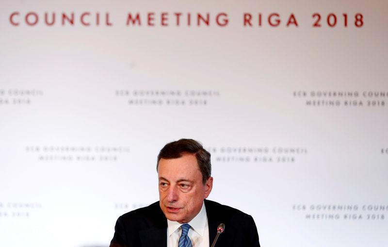 © Reuters. Глава ЕЦБ Марио Драги на пресс-конференции после заседания регулятора в Риге