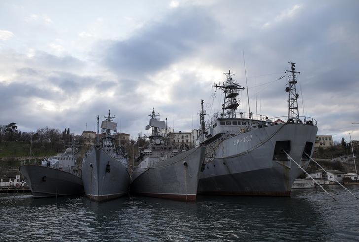 © Reuters. Российские военные корабли в порту Севастополя