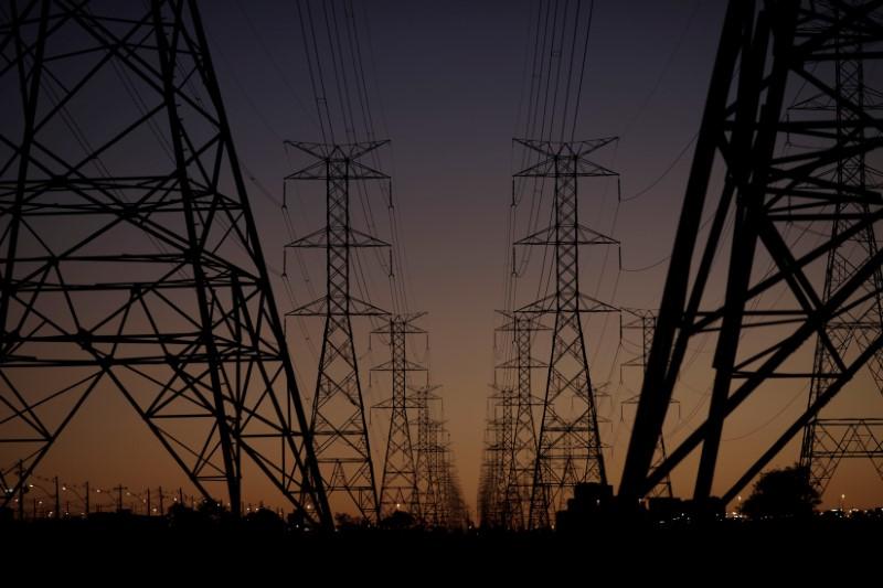 © Reuters. Linhas de transmissão de energia em Brasília