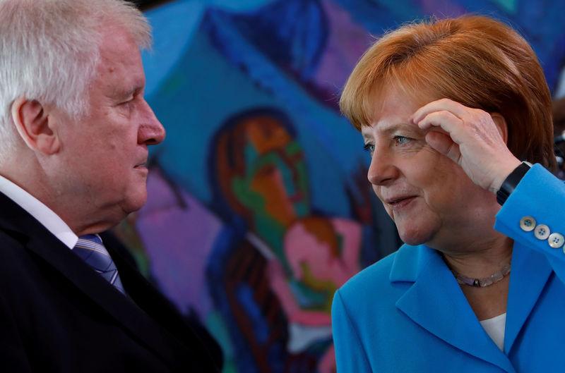 © Reuters. FILE PHOTO: Merkel, Seehofer talk in Berlin