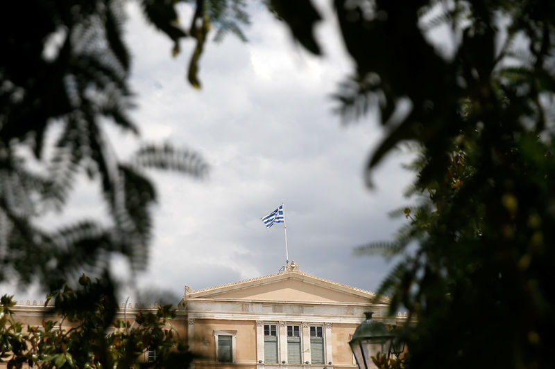 © Reuters. A Greek flag flutters atop the parliament building in Athens