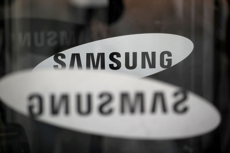 © Reuters. FILE PHOTO: The logo of Samsung Electronics is seen at its office building in Seoul