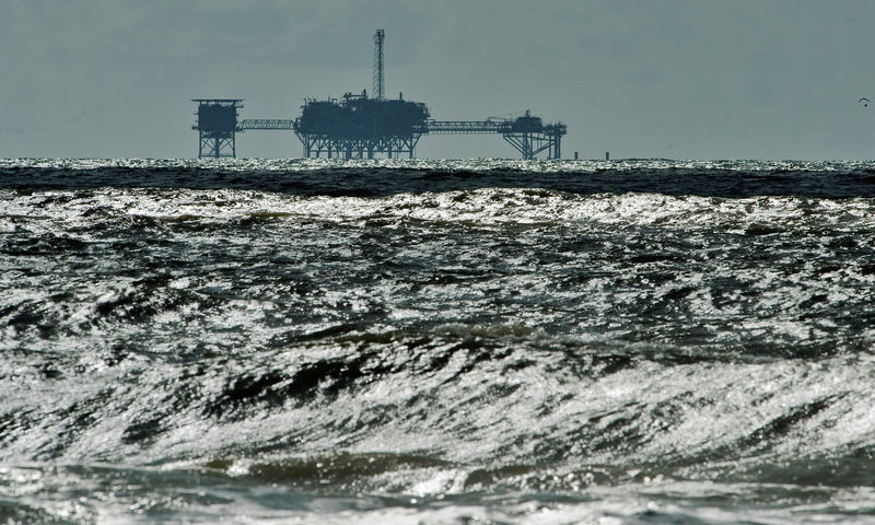 © Reuters. FILE PHOTO: An oil and gas drilling platform stands offshore near Dauphin Island, Alabama