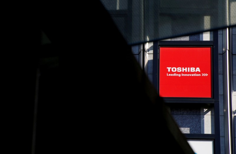 © Reuters. FILE PHOTO: A logo of Toshiba Corp is seen outside an electronics retail store in Tokyo