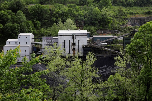 © Reuters. FILE PHOTO: A coal mine sits among the trees in Welch, West Virginia