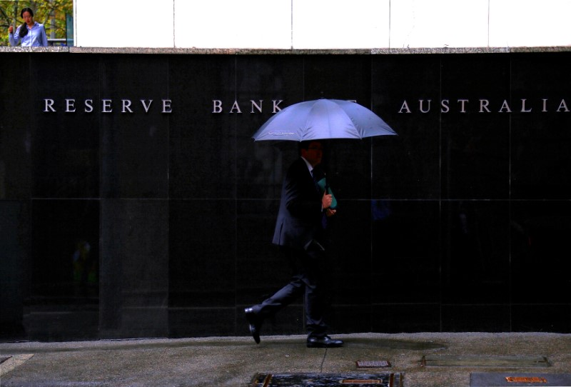 © Reuters. FILE PHOTO: Pedestrians walk past the Reserve Bank of Australia building in central Sydney, Australia