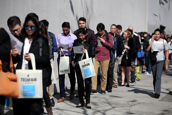 © Reuters. FILE PHOTO: People wait in line to attend TechFair LA, a technology job fair, in Los Angeles