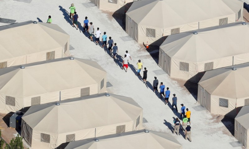 © Reuters. FILE PHOTO: Immigrant children now housed in a tent encampment under the new