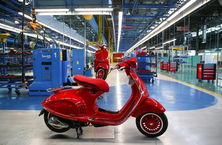 © Reuters. Piaggio's Vespa 946 scooters are seen at the Pontedera's farm
