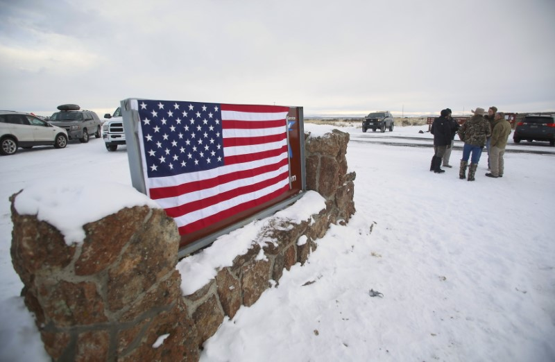 © Reuters. A U.S. flag covers a sign at the entrance of the Malheur National Wildlife Refuge near Burns, Oregon