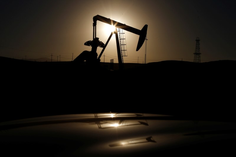 © Reuters. A pump jack is seen at sunrise near Bakersfield