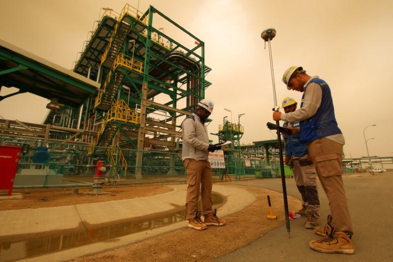 © Reuters. العراق يخفض سعر البيع الرسمي لخام البصرة الخفيف إلى آسيا في أغسطس