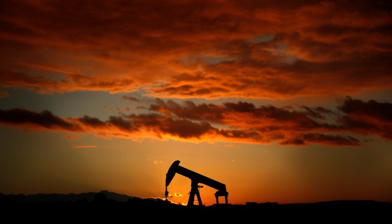 © Reuters. A pump jack is seen at sunset outside Scheibenhard, near Strasbourg