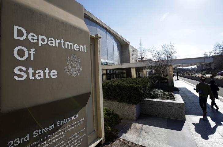 © Reuters. Люди заходят в здание Госдепартамента США в Вашингтоне