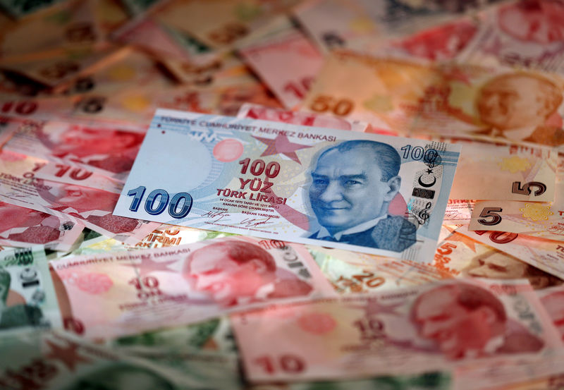 © Reuters. FILE PHOTO: Turkish Lira banknotes are seen in this picture illustration