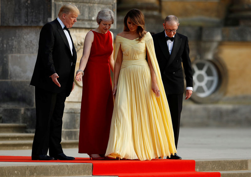 © Reuters. British Prime Minister Theresa May and her husband Philip stand together with U.S. President Donald Trump and First Lady Melania Trump at the entrance to Blenheim Palace near Oxford