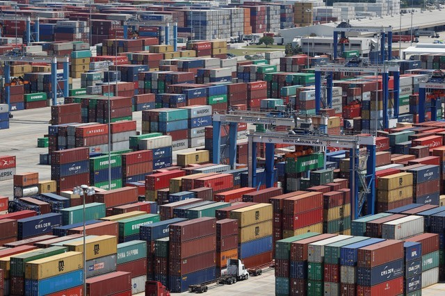 © Reuters. Shipping containers are stacked for storage at Wando Welch Terminal operated by the South Carolina Ports Authority in Mount Pleasant