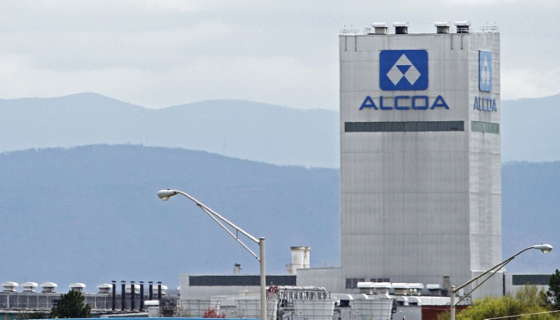 © Reuters. File photo shows an Alcoa aluminum plant in Alcoa, Tennessee