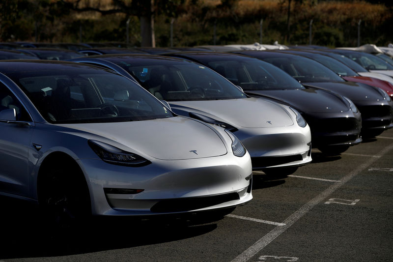 © Reuters. FILE PHOTO: A row of new Tesla Model 3 electric vehicles is seen at a parking lot in Richmond